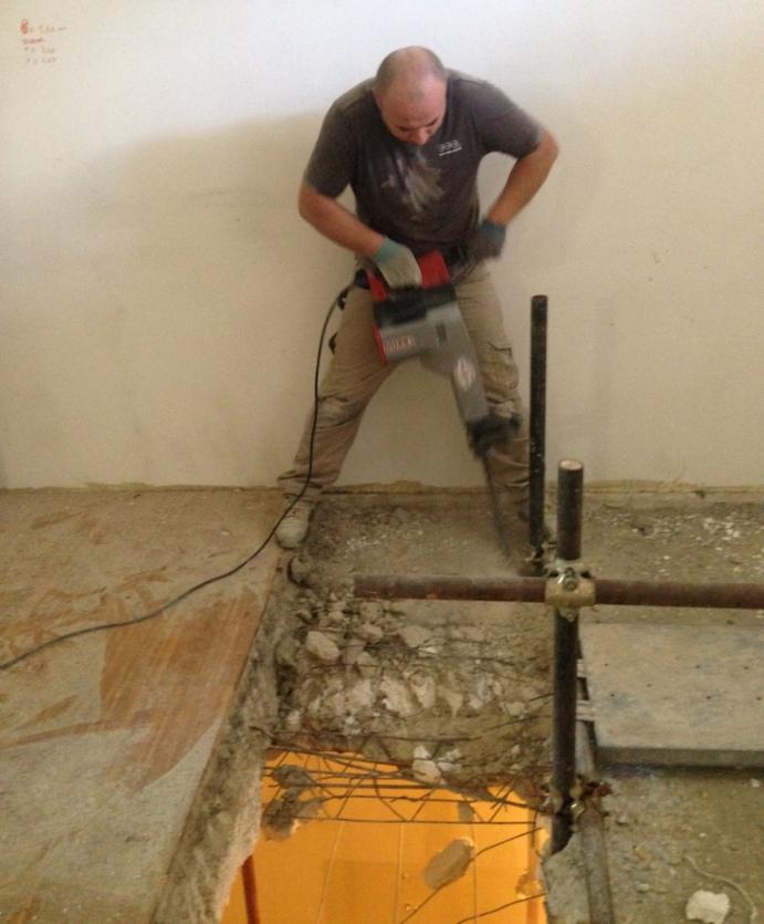 Demolizione solaio con martello elettrico da 17kg - Apertura solaio per scala interna ...